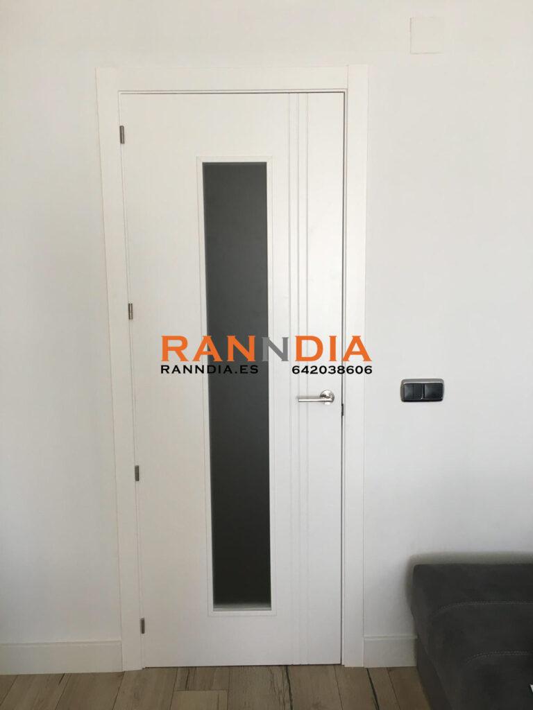 puerta blanca con cristal benalmadena